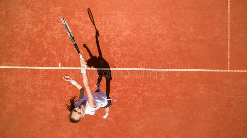 Punto di vista superiore del tennis femminile sul campo da tennis immagini stock libere da diritti