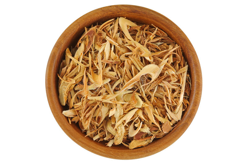 Punto di vista superiore della citronella affettata secca per produrre tè, in ciotola di legno immagine stock