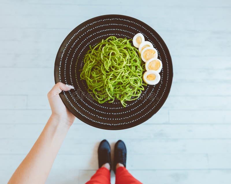 Punto di vista superiore della donna che fotografa il piatto sano del pranzo immagine stock libera da diritti
