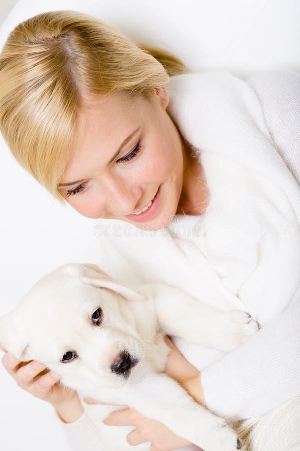 Punto di vista superiore della donna con il cucciolo di Labrador fotografie stock
