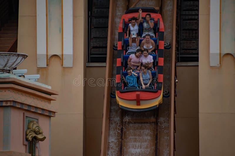 Punto di vista superiore della gente che gode dei viaggi ad Atlantide a Seaworld 1 fotografie stock