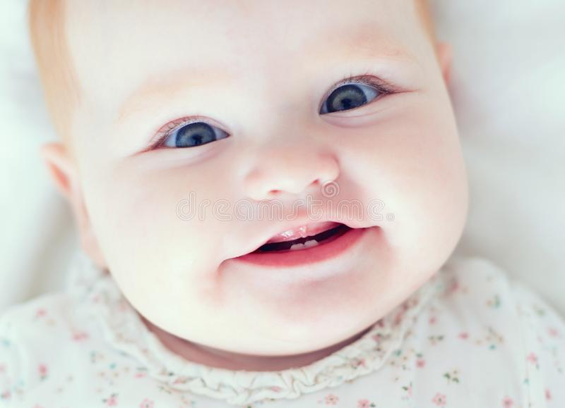 Punto di vista superiore della neonata infantile, smilyng con i suoi primi due denti immagine stock