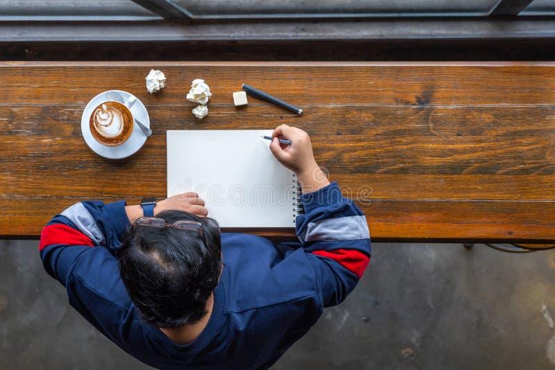 Punto di vista superiore delle free lance asiatiche che attinge sketchbook al coffeeshop immagine stock libera da diritti
