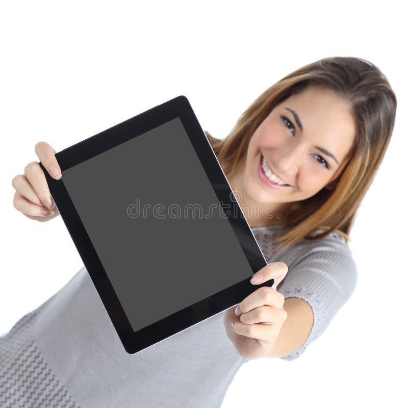 Punto di vista superiore di una donna che mostra uno schermo digitale in bianco della compressa fotografia stock
