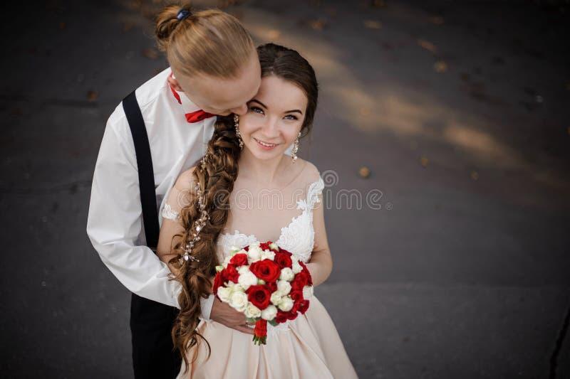 Punto di vista superiore di giovane coppia sposata felice con un mazzo di nozze immagine stock libera da diritti