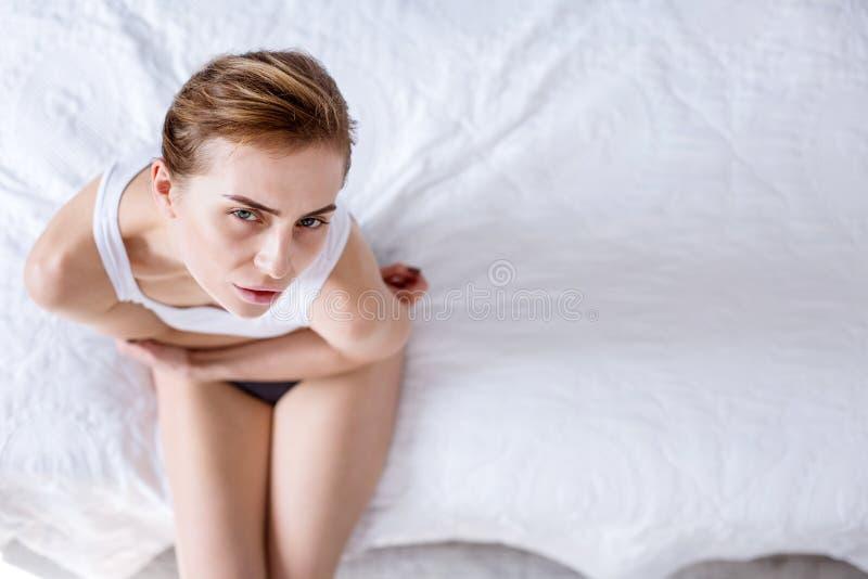 Punto di vista superiore di una donna sul letto immagine stock