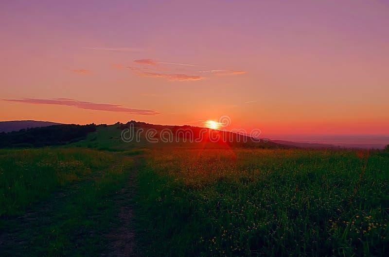 Punto di vista di tramonto alla montagna carpatica fotografia stock