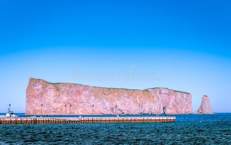 Punto di vista vicino di Perce Rock in penisola di Gaspe fotografie stock
