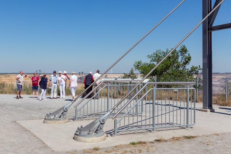 Punto di vista di visita della gente con skywalk alla miniera Germania del Brown-carbone di Garzweiler immagini stock
