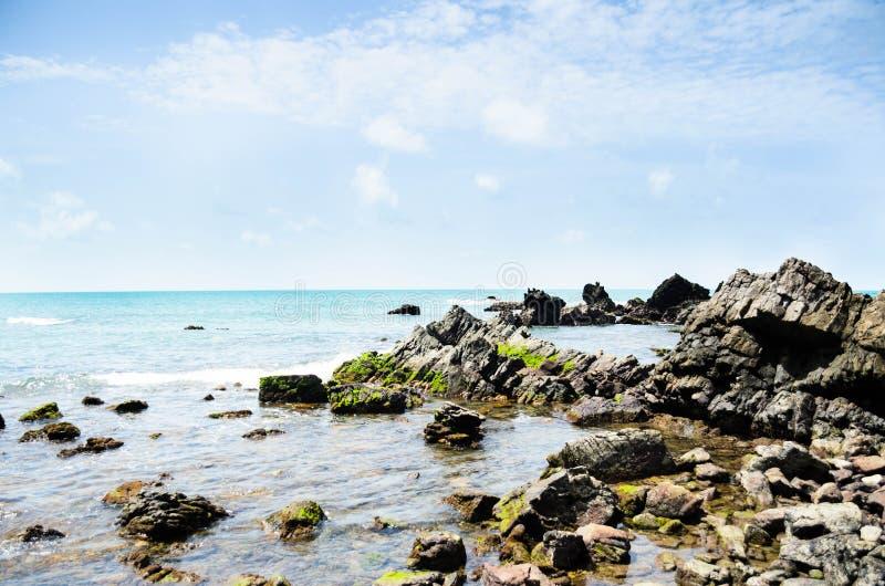 Punto divino en rocas tropicales foto de archivo libre de regalías