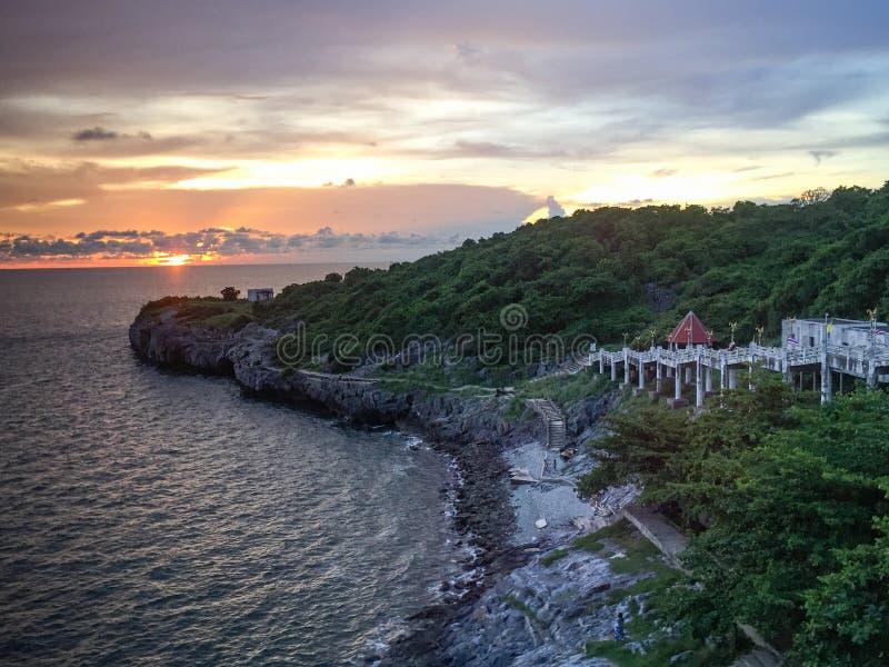 Punto famoso de la puesta del sol de la playa de Chong Isariyabhorn (Chong Kao Kad) en fotografía de archivo libre de regalías