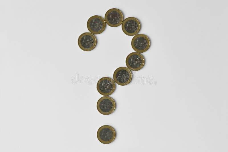 Punto interrogativo fatto di euro monete su fondo bianco - concetto di incertezza finanziaria, della crisi e del futuro incerto d fotografia stock