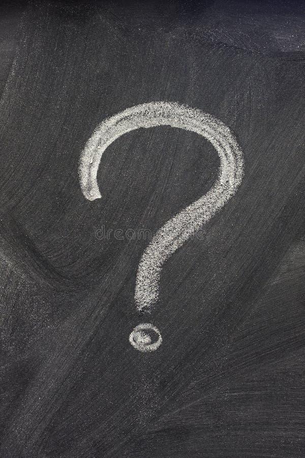 Punto interrogativo su una lavagna immagini stock libere da diritti