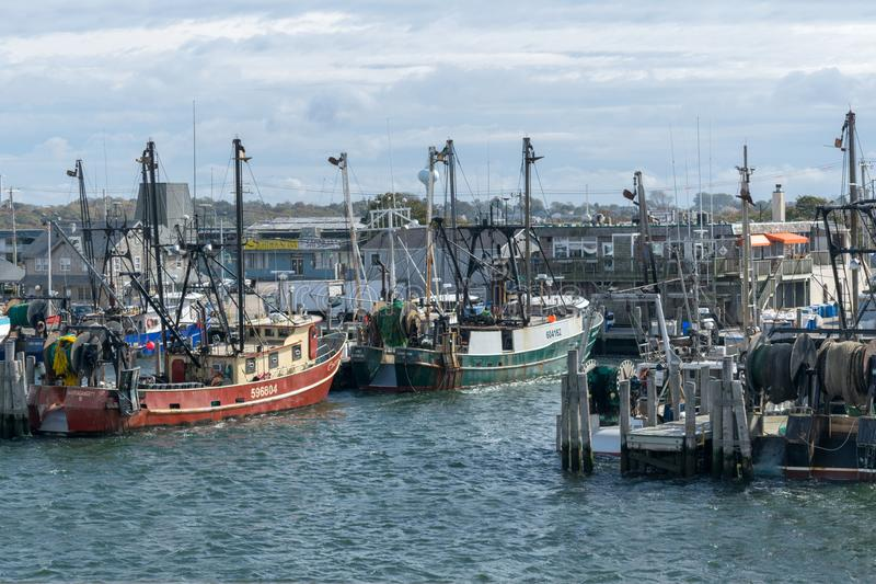 Punto Judith, RI/U.S.A. - 10/19/2018: Pescherecci rossi e verdi messi in bacino a punto Judith, Rhodes Island immagine stock