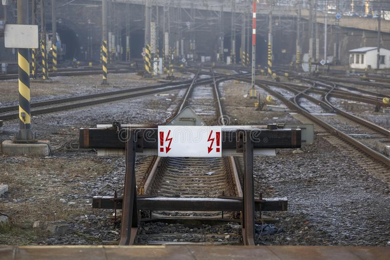 Punto morto ferroviario con un segno bianco Concetto: il viaggio è proibito, estremità della strada immagine stock