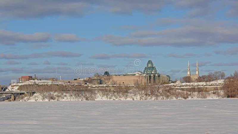 Punto panoramico di Nepean, della galleria nazionale e cattedrale lungo le serrature congelate del canale di rideau, Ottawa di No fotografia stock libera da diritti