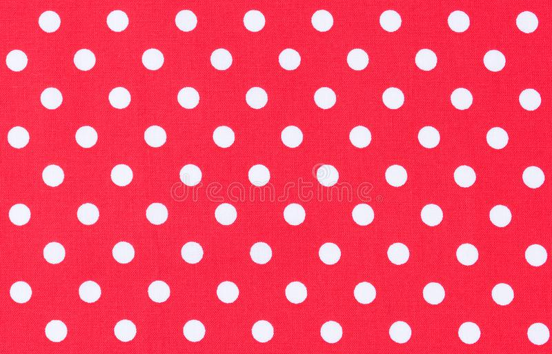 Puntos blancos en la tela roja, textura del fondo del modelo de lunar imagen de archivo libre de regalías