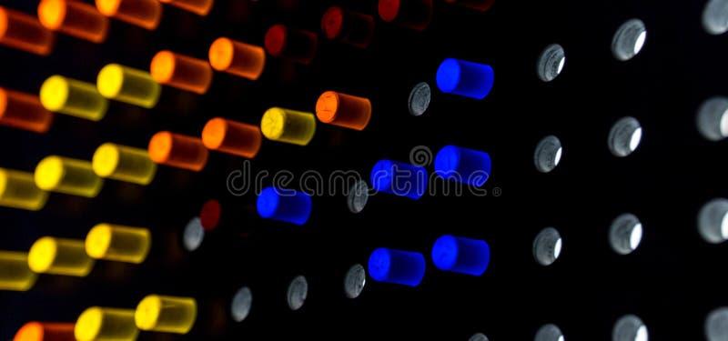 Puntos coloridos de la luz en fondo oscuro imagenes de archivo