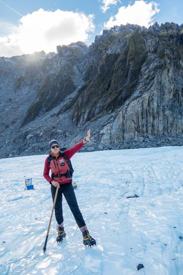 Puntos del guía turístico en el pico del glaciar del zorro, Nueva Zelanda imagenes de archivo