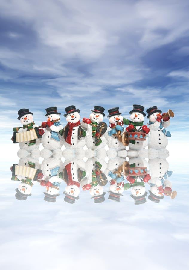 Pupazzi di neve con gli strumenti musicali fotografia stock libera da diritti