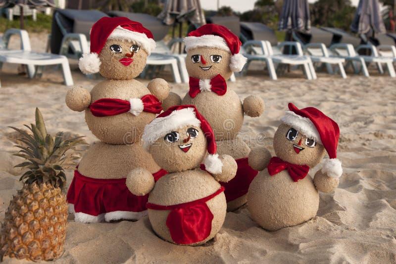 Pupazzi di neve sulla spiaggia immagini stock libere da diritti