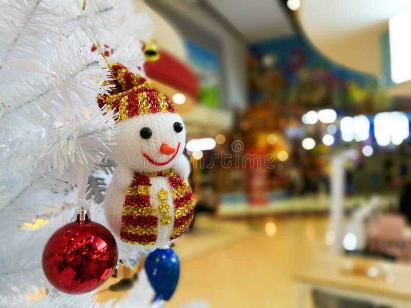 Pupazzo di neve bianco sull'albero di Natale immagini stock libere da diritti