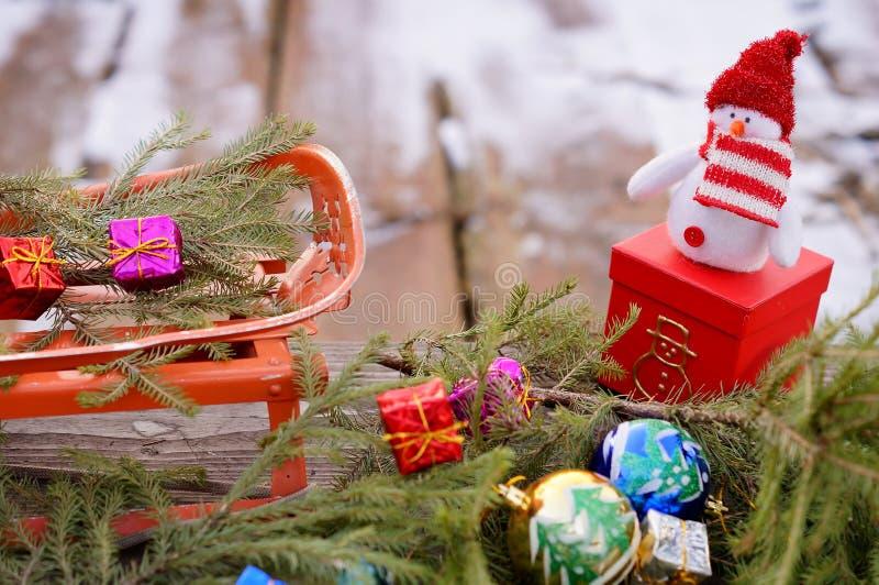 Pupazzo di neve con i regali immagine stock libera da diritti