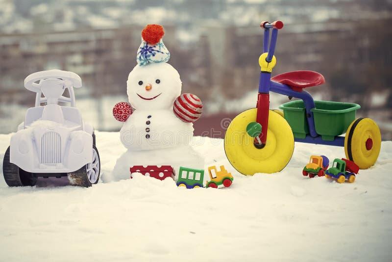 Pupazzo di neve con il fronte sorridente sul paesaggio di inverno fotografia stock
