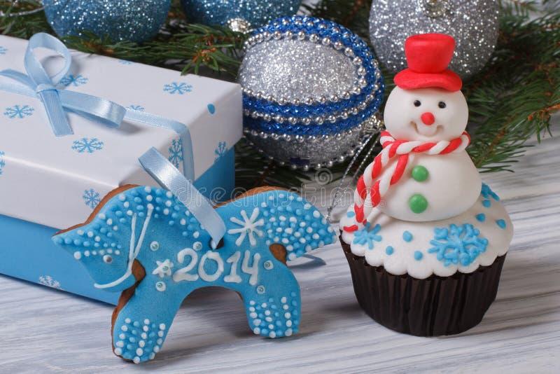Pupazzo di neve del muffin e cavallo del pan di zenzero immagini stock