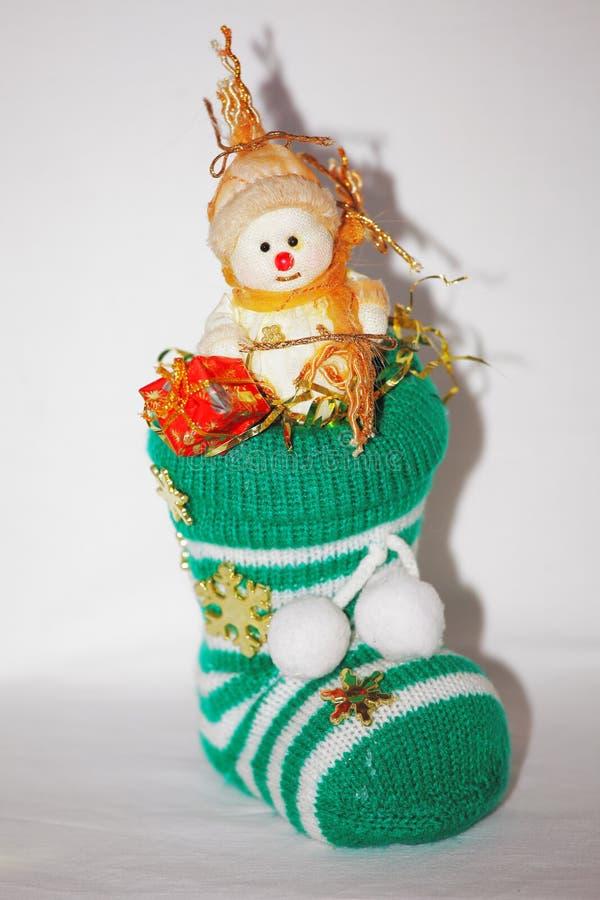 Pupazzo di neve di Natale che si siede in un calzino fotografia stock libera da diritti