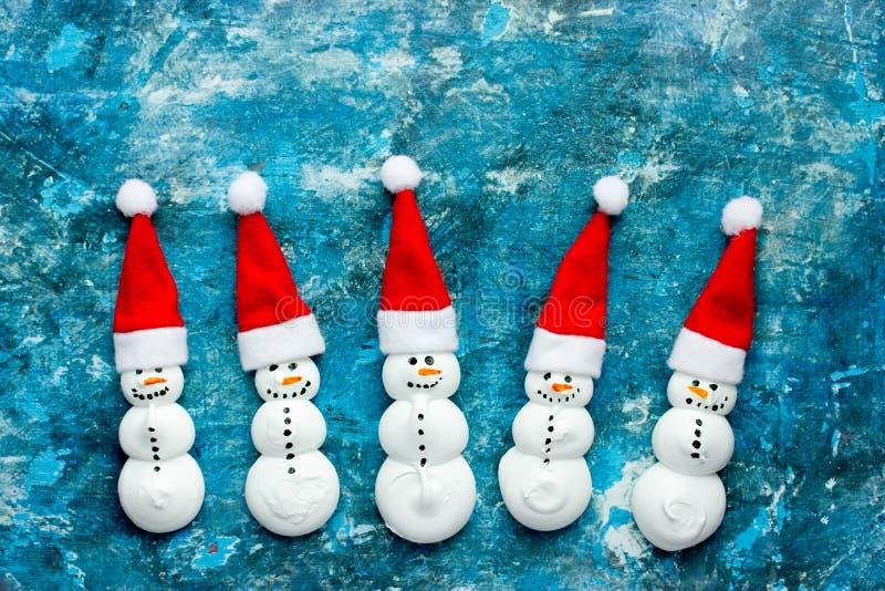 Pupazzo di neve divertente della meringa in cappello di Santa fotografie stock