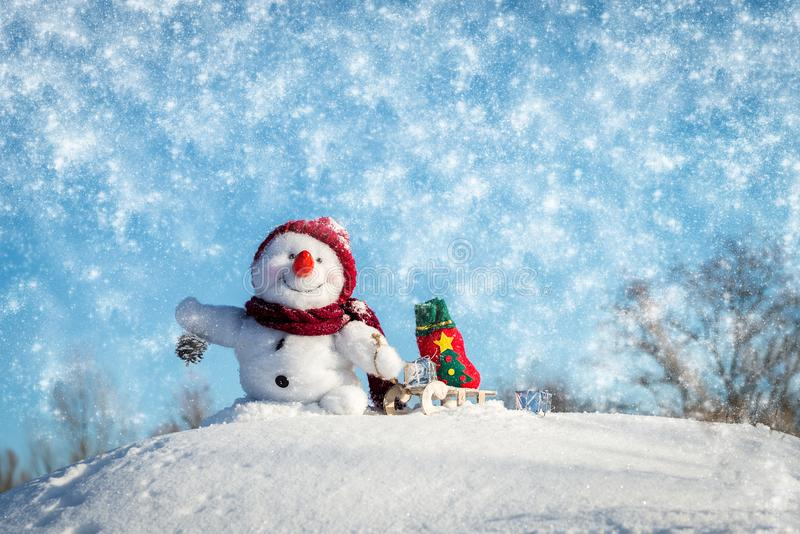 Pupazzo di neve felice con il cappello immagini stock libere da diritti