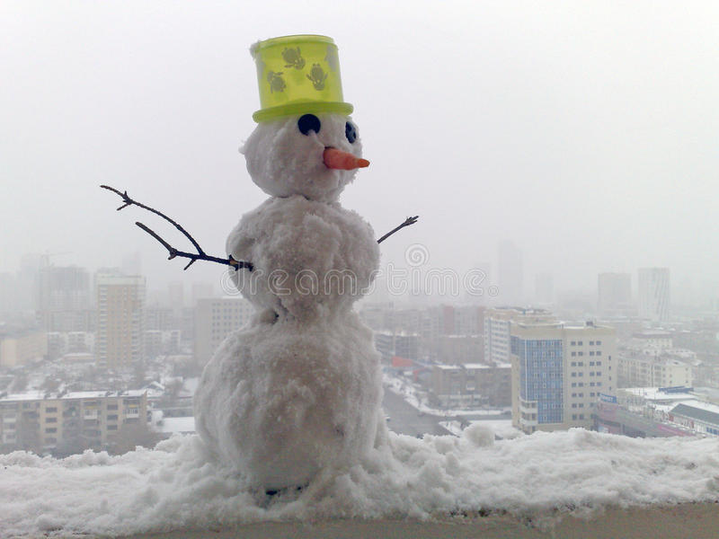 Pupazzo di neve nella città fotografia stock