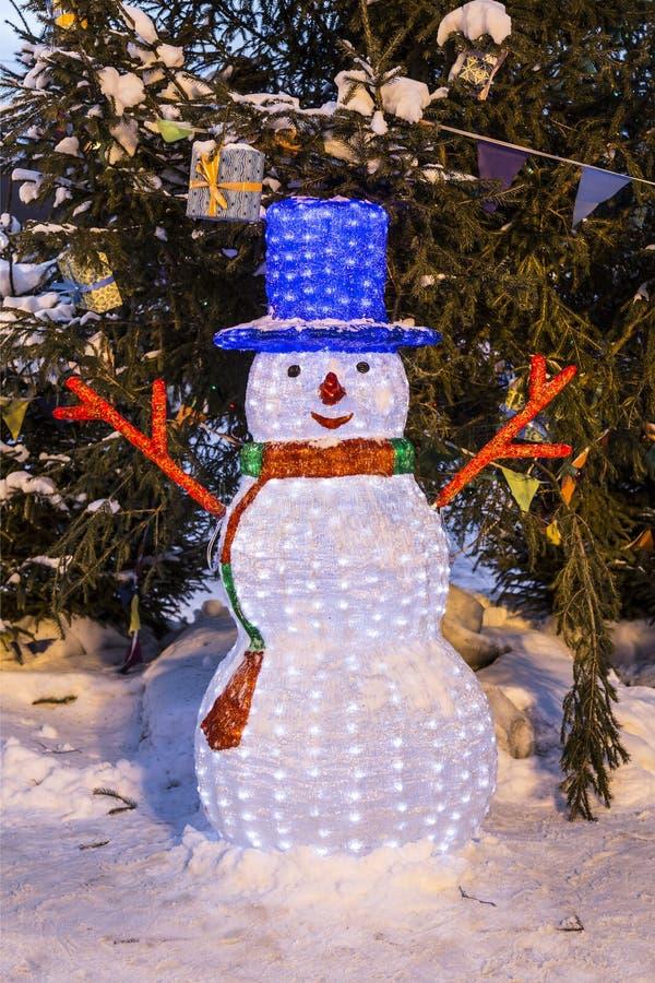 Pupazzo di neve sulla via di Mosca del nuovo anno fotografie stock libere da diritti