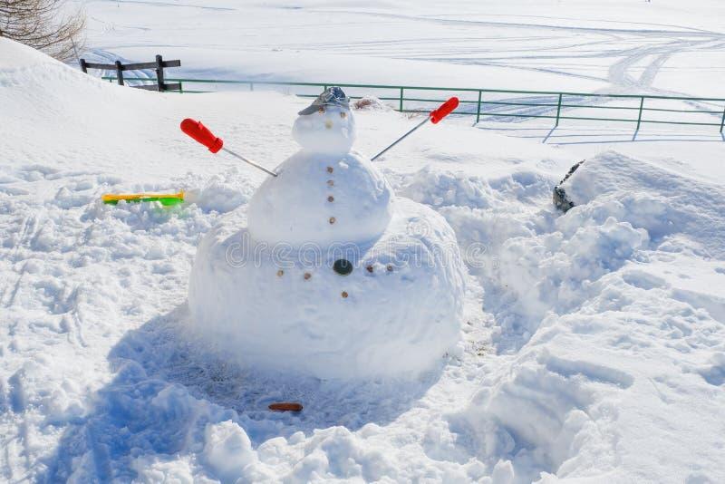 Pupazzo di neve sulle montagne fotografie stock libere da diritti