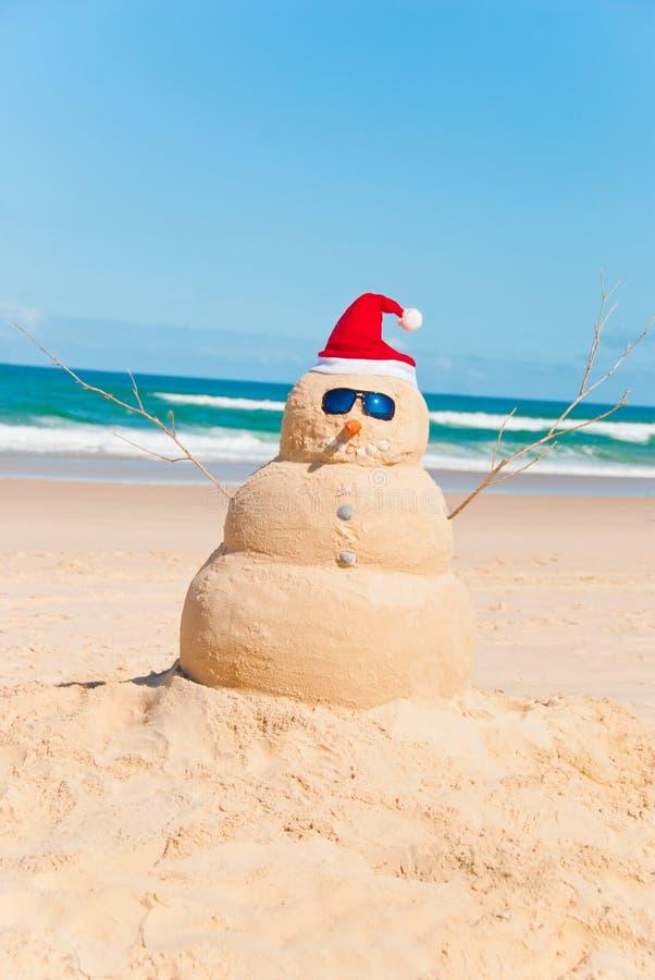 Pupazzo di neve termoresistente che prende il sole sulla spiaggia fotografia stock libera da diritti