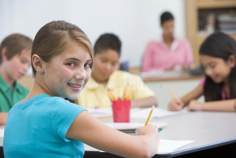 Pupila elemental en sala de clase de la escuela imagen de archivo libre de regalías