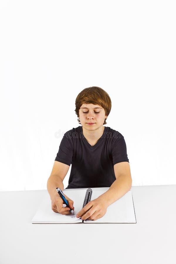 Pupila que faz trabalhos de casa para a escola imagem de stock