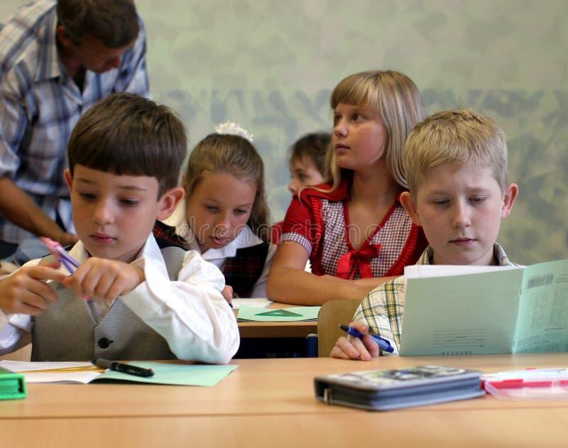 Pupilas na sala de aula foto de stock