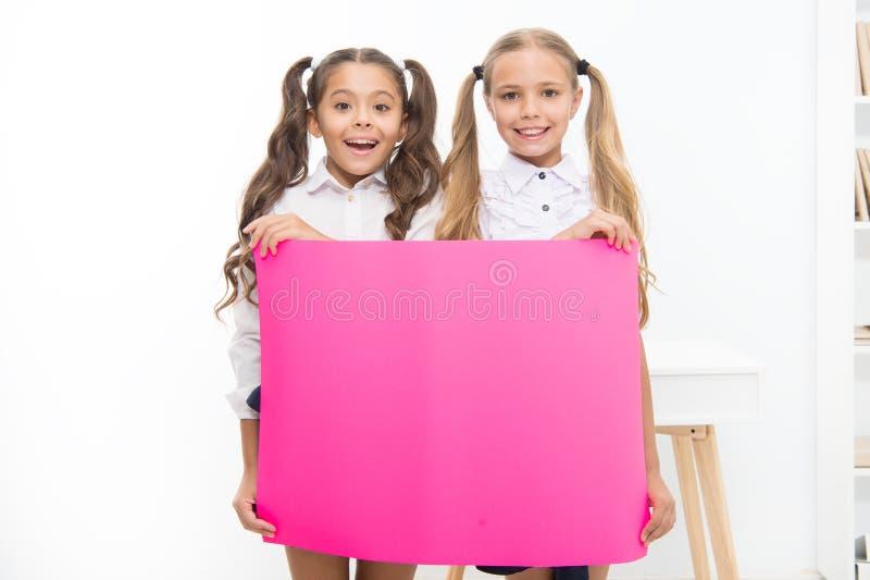 Pupilas setembro de 1 Conceito das felicita??es Not?cia surpreendente As meninas guardam a bandeira das felicitações Estudantes q fotos de stock
