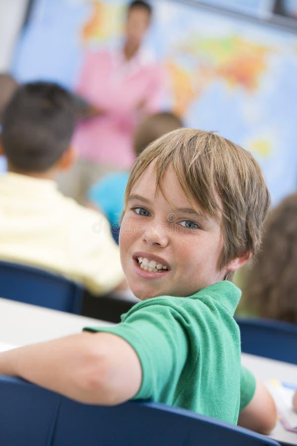 Pupilla della scuola elementare in aula immagine stock libera da diritti
