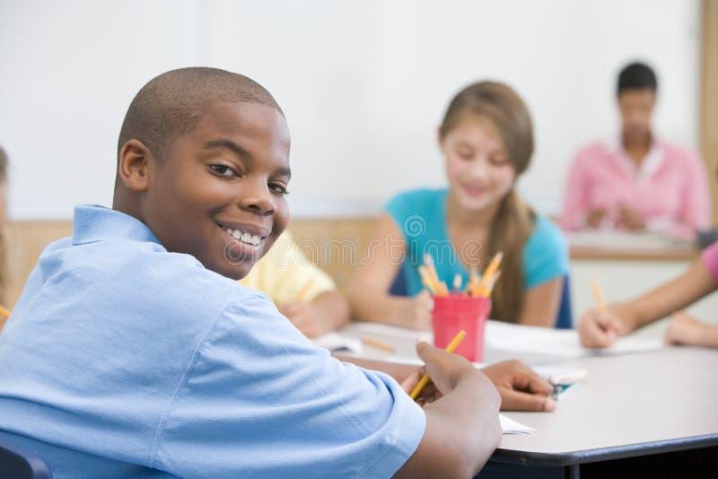Pupille d'école primaire dans la classe photographie stock libre de droits