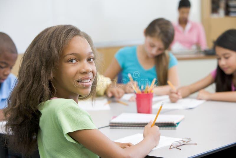 Pupille d'école primaire dans la salle de classe images stock