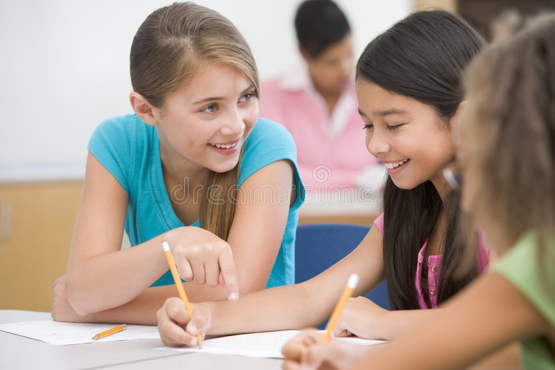 Pupille della scuola elementare in aula immagine stock libera da diritti