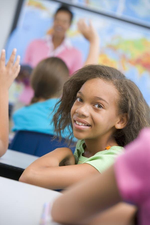 Pupille im Volksschuleklassenzimmer stockbild