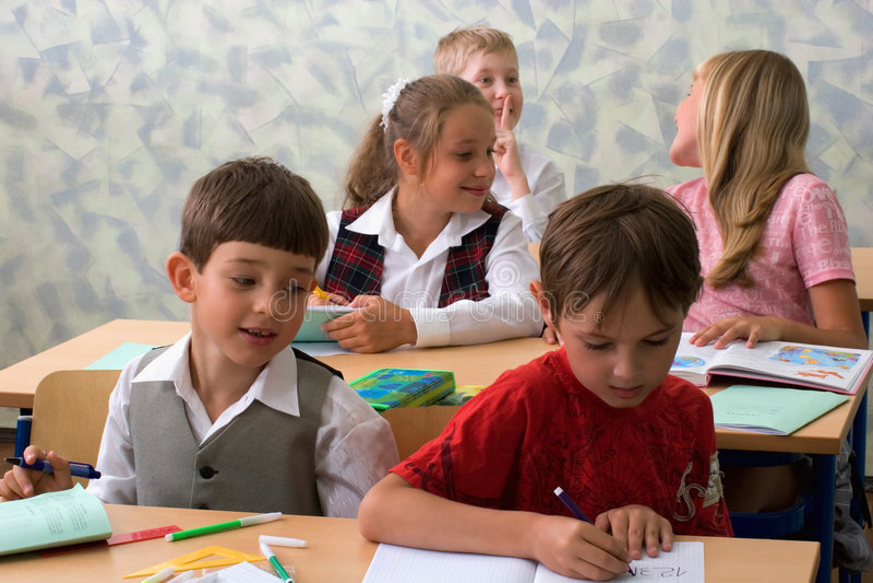 Pupillen am Klassenzimmer stockfotos