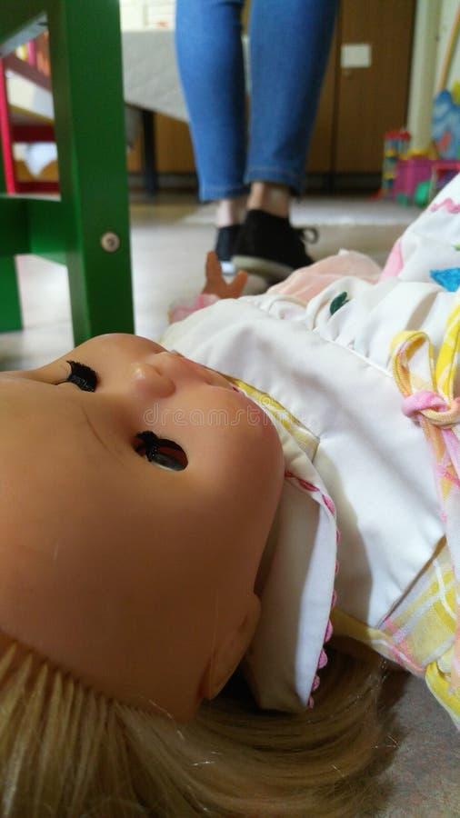 Puppe aus den Grund und die Beine im Hintergrund stockfotos