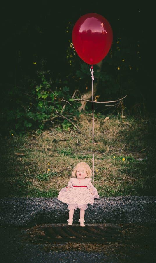Puppe, die roten Ballon hält stockbilder