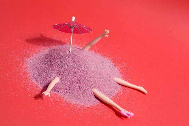 Puppe und rosa Sand stockfotografie