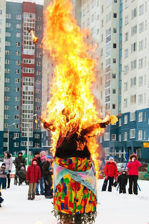 Puppen-Dame Maslenitsa, die auf Höhepunkt der Feier letzter Tag von Cheesefare-Woche im shroveti brennt lizenzfreie stockbilder